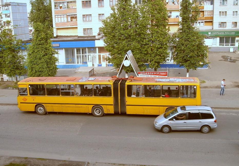 Обгон автобуса на остановке