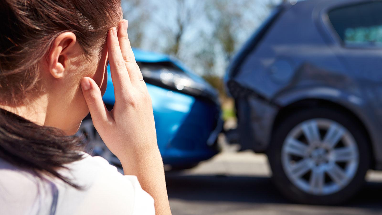 Чтобы получить ответы на вопрос, касающийся ответственности за ущерб при ДТП, несет собственник или водитель - не помешает обратиться к специалисту, разбирающемуся в законах. Ниже представлена актуальная информация по теме, владеть которой не помешает никому из водителей. Почему моральный вред возмещает владелец автомобиля? Автомобиль всегда считался источником повышенной опасности. Следовательно, за последствия, которые были нанесены посредством его участия, отвечает непосредственно владелец. Логичным является вопрос, кто отвечает за ДТП: водитель или собственник? Чтобы получить ответ, рассмотрим ситуацию. Предположим, вы являетесь владельцем транспортного средства, и ваш друг попросил на короткое время предоставить ему в пользование авто с целью осуществления загородной поездки. Так сложились обстоятельства, что во время движения был сбит пешеход на переходе. В подобной ситуации ответственность возлагается именно на автовладельца, но никак не на того, кто был за рулем. Такой закон предусмотрен для того, чтобы потерпевшей стороне было гарантировано возмещение морального ущерба. Дело в том, что у того, кто находился за рулем, могут отсутствовать денежные запасы, а вот у владельца транспортного средства, который смог его приобрести, наверняка финансовые возможности больше. Даже если это не так, взыскание, в случае подачи иска на возмещение морального ущерба потерпевшей стороной может быть обращено на автомобиль. Ответ на вопрос, кто возмещает моральный ущерб ДТП: собственник или водитель - очевиден. Действительно ли владельцу нужно платить независимо от вины водителя? Этот вопрос интересует людей не меньше, чем первый. В качестве примера хотелось бы взять один случай из судебной практики. Водитель взял у своего друга автомобиль, и так сложилось, что в темное время суток совершил наезд на внезапно выбежавшего на дорогу пешехода. Причиной тому оказался припаркованный на обочине автомобиль, ограничивший угол обзора дорожного полотна. В процессе следствия был установлен 